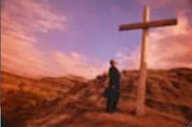 homme-devant-croix