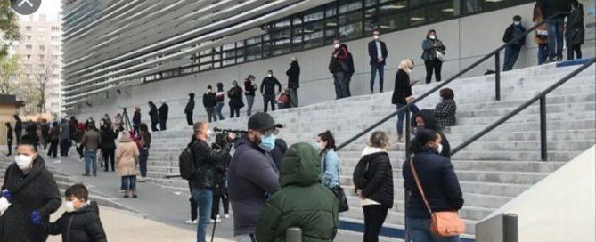 Des centaines de personnes font la queue devant l'institut du professeur Raoult pour être testées contre le coronavirus